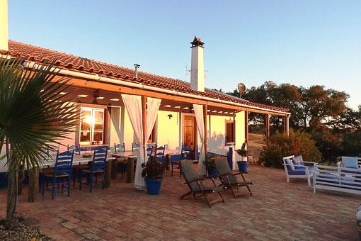 O Nosso Mundo Naturista - Receptie met groot terras met uitzicht op het nieuwe zwembad en het meer
