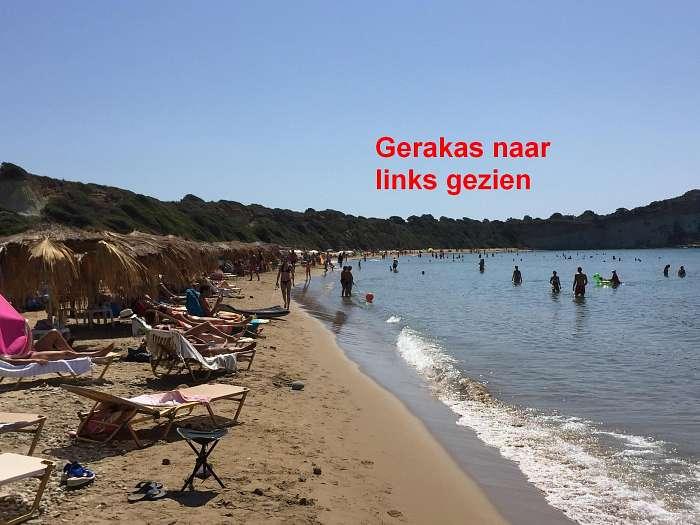 Gerakas - Joris en Irma - Helemaal links in de baai liggen mensen ook wel naakt. Maar veel minder dan rechts in de baai