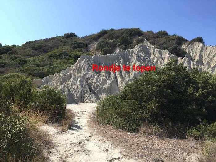 (3) - Met de rug naar de kleine vallei is dit de ingang er naar toe - Je kan hier in je nakie een rondje door de vallei lopen