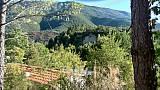 Origan village - Mietmobilheim auf dem Gelände - Blick übers Gelände. Auf dem (niedriegen) gegenüberliegenden Berg befinden sich weitere Stellplätze