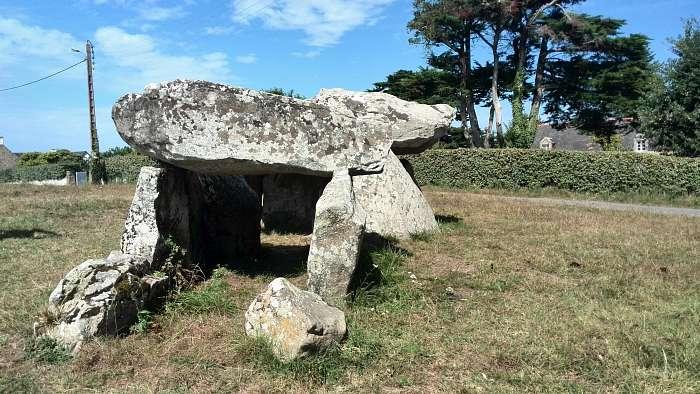 Holger - La Pinede: Club Naturiste Bretagne Sud - Das Vereins- Mehrzweckhaus - Bogenschießen möglich - Wer sich für Keltische Kultur interessiert, findet hier in der Gegend reichlich historisches. Wie hier den Dolmen du Moulin des Oie. Nahe der Insel Sai