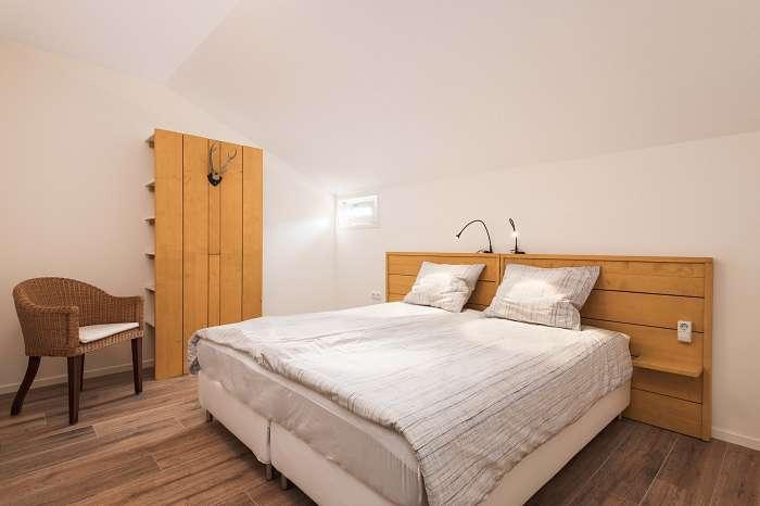 Het Reterink - In wat ooit een koeienstal was, zijn nu vijf luxe vakantiewoningen - Afgescheiden eigen terras met tafel, stoelen en zonnestoelen - Grote kamer met keuken en comfortabele tweepersoons slaapbank - Grote slaapkamer