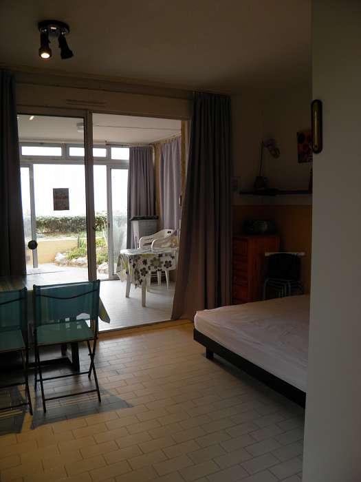 Brigitte Van Craen ( Lint, België ) Aanbiedingen appartementen - Zonnig terras met zeezicht en onmiddellijke toegang tot strand - Zicht vanuit leefruimte naar buiten zeezijde