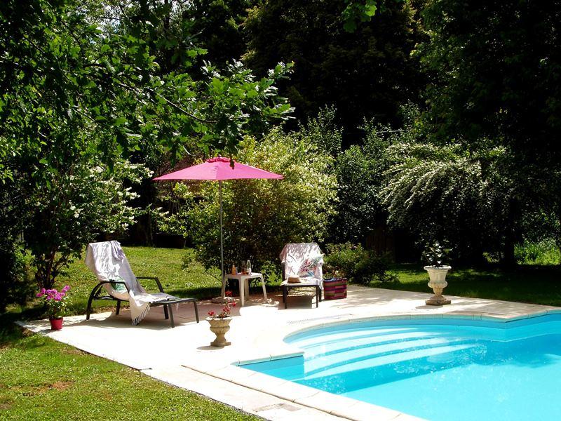 Moulin de Lassier ( ) Aanbiedingen vakantiewoningen - Het zwembad met terras - Onze molenaarswoning, met links de gasteningang - Een heerlijk voorgerecht, we serveren gerechten met vlees, vis of vegetarisch - Kamer Myrtille met eigen badkamer - Kamer Can