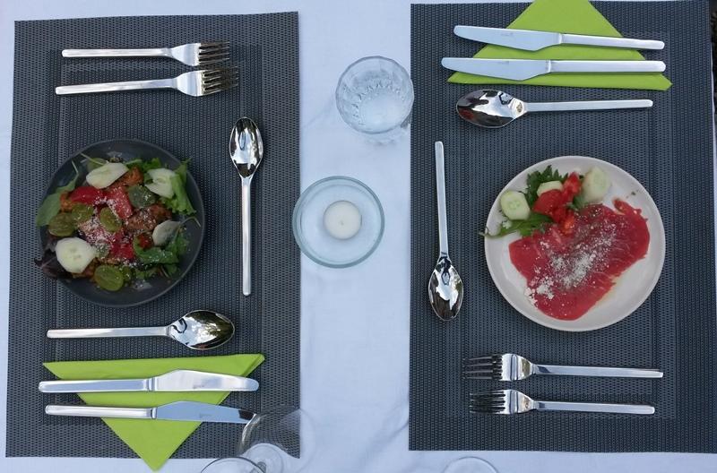 Moulin de Lassier ( ) Aanbiedingen vakantiewoningen - Het zwembad met terras - Onze molenaarswoning, met links de gasteningang - Een heerlijk voorgerecht, we serveren gerechten met vlees, vis of vegetarisch