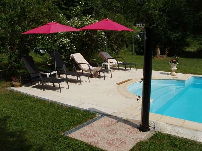 Moulin de Lassier ( ) Algemene mededeling - Het zwembad met terras - Onze molenaarswoning, met links de gasteningang - De nieuwe buitendouche bij het zwembad