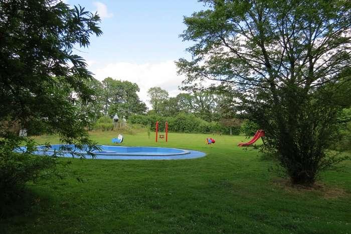 De Mierenhoop (vereniging Lichtbond Noord) - Volleybalveld met het verenigingsgebouw op de achtergrond - Jeugdhut - Speeltoestellen - Peuterbad en speeltoestellen