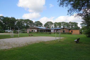 De Mierenhoop (vereniging Lichtbond Noord) - Volleybalveld met het verenigingsgebouw op de achtergrond