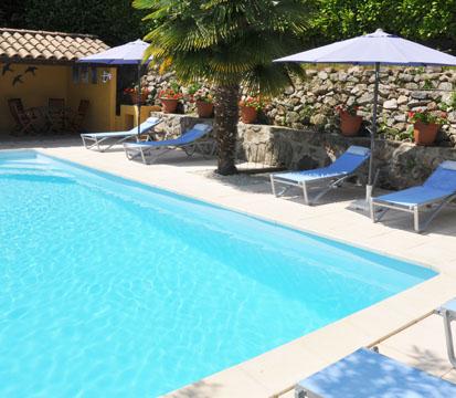 La Berle Gites, Ardèche - La Berle Gites, temidden van de kastanje boomgaarden - Overzicht zwembad La Berle Gites - Zwembad met poolhouse en ligbedden