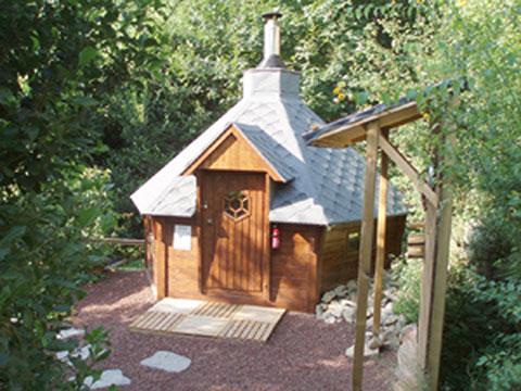 La Berle Gites, Ardèche - La Berle Gites, temidden van de kastanje boomgaarden - Overzicht zwembad La Berle Gites - Zwembad met poolhouse en ligbedden - Houtgestookte sauna, indien gewenst verzorgen wij ook opgietingen
