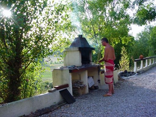 Leo Verton ( Doorwerth ) Aanbiedingen vakantiewoningen - Het huisje in het groen - Het zwembadje - Het boventerras naast het zwembadje - Woonkamer - De keuken - Beneden slaapkamer - Boven slaapkamer - De Barbecue