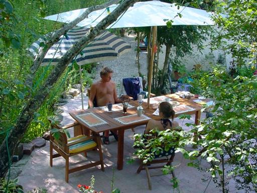 Leo Verton ( Doorwerth ) Aanbiedingen vakantiewoningen - Het huisje in het groen - Het zwembadje - Het boventerras naast het zwembadje - Woonkamer - De keuken - Beneden slaapkamer - Boven slaapkamer - De Barbecue - Beneden terras naast het huis