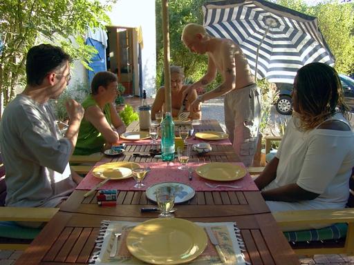 Leo Verton ( Doorwerth ) Aanbiedingen vakantiewoningen - Het huisje in het groen - Het zwembadje - Het boventerras naast het zwembadje - Woonkamer - De keuken - Beneden slaapkamer - Boven slaapkamer - De Barbecue - Beneden terras naast het huis - Diner o