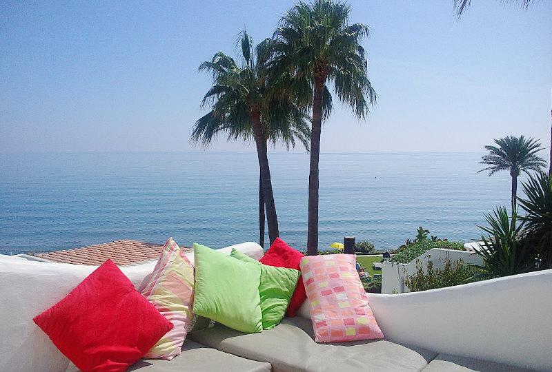 Costa Natura 114 - Het mooie boventerras met spectaculair uitzicht over de zee. Heerlijk om hier te ontbijten, ook in de winter! Er staat een tafeltje met stoeltjes uit de wind. Ook heerlijk om vanuit je slaapkamer dit terras op te lopen. Het ligt er nam