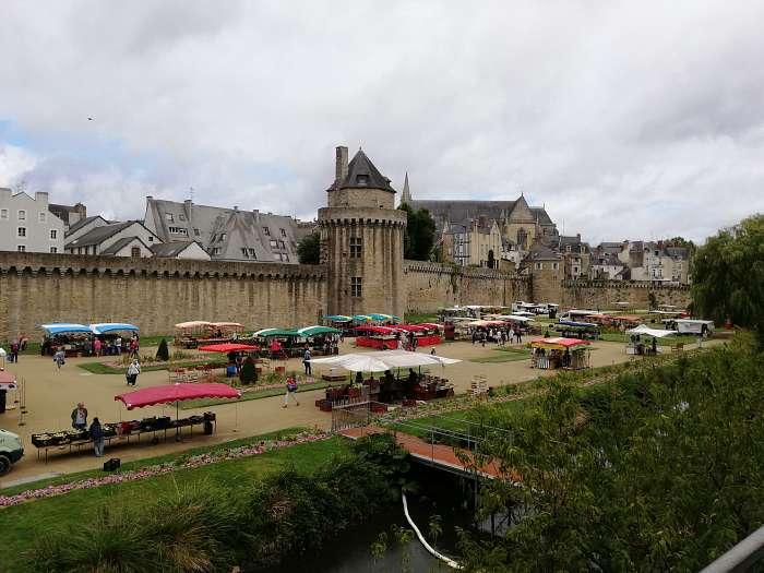 Geert en Rico - La Pinede: Club Naturiste Bretagne Sud - De haven van Auray - Markt bij de stadswallen van Vannes