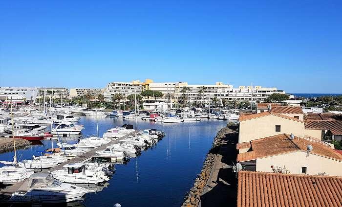 Studio Silverline Venus Naturist - Cap d'Agde ( ) Aanbiedingen appartementen - Kingsize Boxspring - Panoramisch uitzicht op de haven, met op de achtergrond de Middellandse Zee
