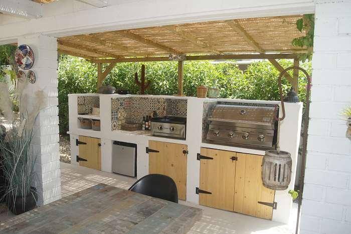 Finca Robusto (2) - De buitenkeuken met BBQ en plancha (bakplt grillpllaat), beschikbaar voor onze gasten